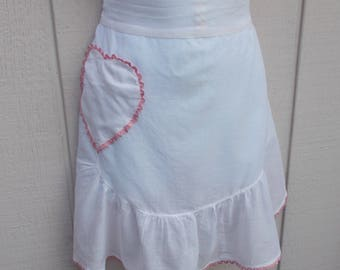 Vintage 40s White cotton Apron with Heart Pocket trimmed in pink ric rac / shabby chic floral
