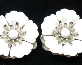 "1960s Vintage Sarah Coventry White Enamel Flower Clip On Earrings, 1.25"". 3D"