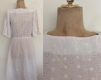 30% OFF 1980's White Eyelet Dress w/ Pink Piping Size XS Small by Maeberry Vintage