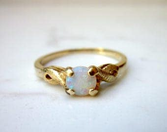 Vintage Opal 14k Solid Yellow Gold Ring Solitaire Style, Size 8