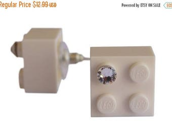 White LEGO (R) brick 2x2 with a Diamond color Swarovski crystal on a Silver/Gold plated stud
