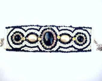 Bracelet black and white cuffs embroidered with pearls of rocailles lined with leather
