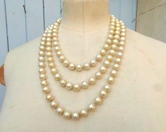 Collier de fausses perles.