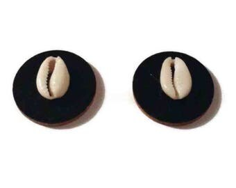 "1.5"" Wooden disk studs with cowrie shell"