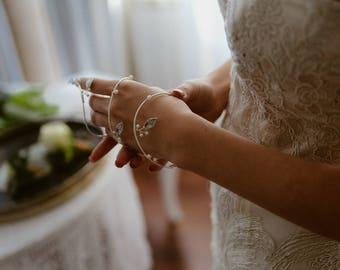 Wedding spiral bracelet, Boho wire bridal jewelry, Wedding pearl bracelet, Bridal silver leaf bracelet, Bridesmaids jewelry, Boho jewelry
