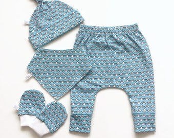 Newborn Light Blue Take Home Outfit Set. Baby girl or boy shower gift with small boats. Bandana, knot hat, pants, mitts Going home set