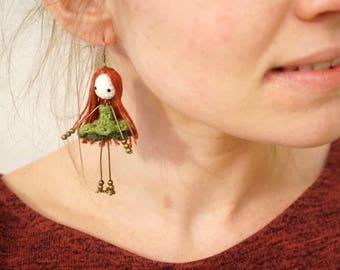 Earrings mini-poupees crocheted linen thread