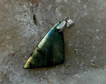 Green yellow LABRADORITE 6.05 Gr-triangle pendant