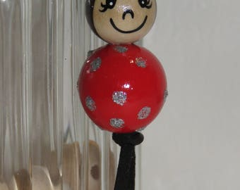 "Keychain doll with wooden beads, bag charm, ""logs smiles"" entirely hand painted and customizable, color red"