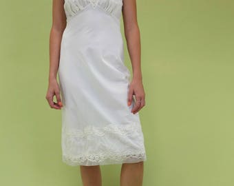 Amazing vintage ivory slip with embroidery and eyelet detail SIZE S