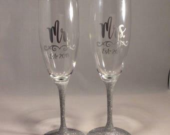 Silver Wedding Decor Toasting Glasses, Mr and Mrs, Toasting Flutes, Wedding Decor Personalized With Year, Glitter Toasting Flutes, Wedding