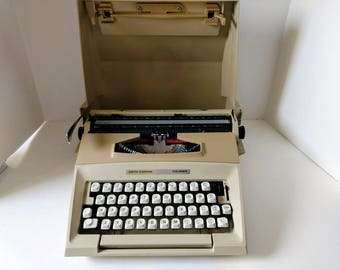 SCM Smith Carona Manual Typewriter Courier Model Beige with Lid Carrying Case Portable for Travel Working Made in England