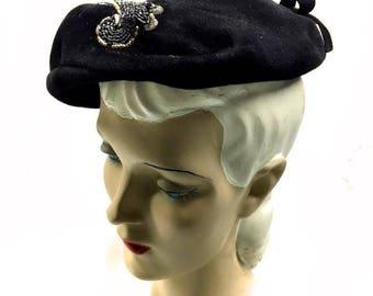 Vintage 1950s Black Velvet Beret Hat . 50s Beaded Tilt Hat with Self Bow, wired Brim, Grosgrain Ribbon inside . Size 21 22