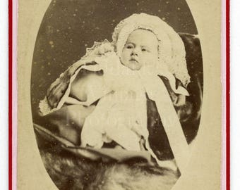 CDV Photo Victorian Cute Baby with Large Bonnet Portrait - Waterloo London - Carte de Visite Antique Photograph
