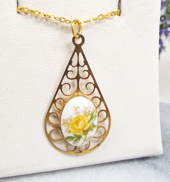 Vintage / Victorian Style Gold Tone Ornate Filigree Rose Pendant Necklace