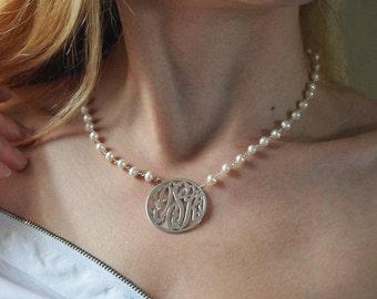 Monograms with a pearl,Monogram pendants,Monogram gifts,frame monogram necklace,Monogram jewelry, Pearl jewelry monogrammed.