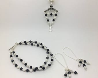 Gemstone jewellery set. Necklace, bracelet and earrings. Black and white. Black onyx and white howlite