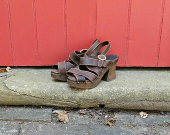70s platforms / 1970s wooden platform sandals / vintage platform shoes / brown leather sandals