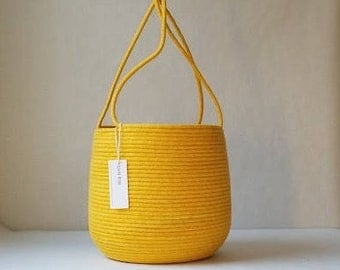 Handled Basket in Solid