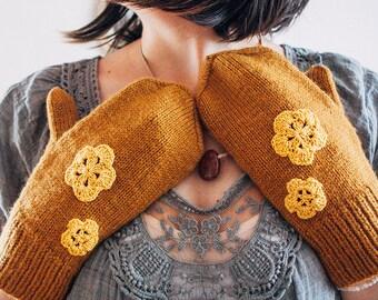 Mustard yellow mittens with sunyellow crochet flowers | Ana Karuso