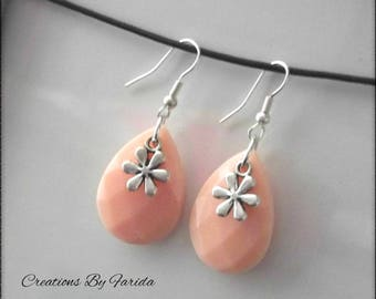 Pretty earrings with a Pearl oval salmon pink and a flower on top