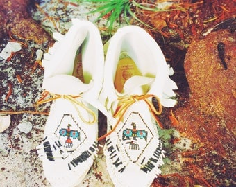Beaded White Leather Moccasins Size 7.5 Native American Thunderbird 70's Booties