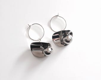 Curved disc sphere hoop earrings