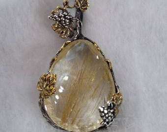 Pendant with quartz