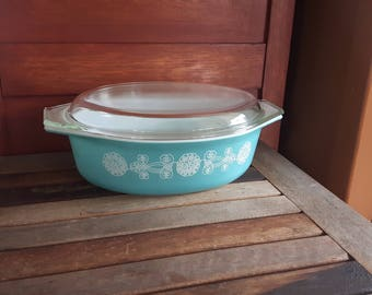 Vintage Pyrex 045 White Lace Medallion Casserole Dish with Lid / dish Pyrex 045 promotional 1957 turquoise with white lace medallions