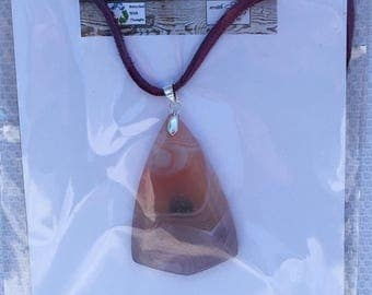 Move and pink onyx agate pendant