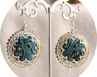 Boucles d'oreilles bleu et argent en soie shibori,boucles d'oreilles textile en soie bleu teal, boucles d'oreilles antique argenté