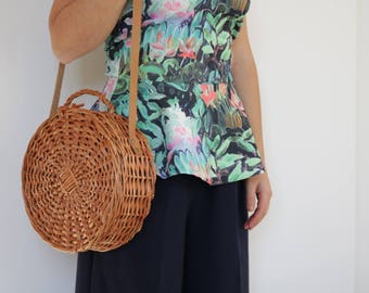 Round wicker basket with leather handle, handvowen bag, panier rond, sac en osier, rund korg, runder Korb, cesta redonda, cesta de mimbre.