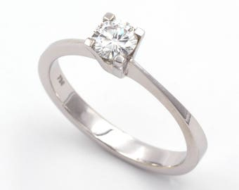 Solitaire ring in 18k/750 white gold with 0.40 ct. diamond.