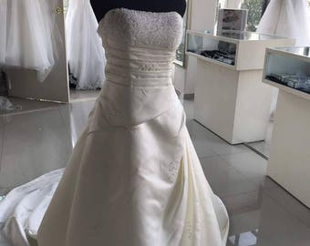 2017 Ivory Wedding Dresses A-line Strapless Floor Length Beaded Satin Wedding Gown Bride Dresses Bride Gown Bridal Dresses Bridal Gown
