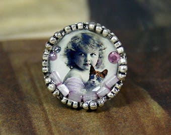 Resin ring with metal silver color with an illustration of the 1800's daughter