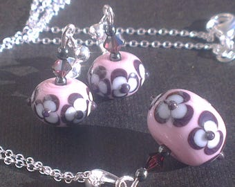 Set: Small Burgundy - white flowers on pale pink glass beads