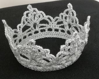 Crown in silver at the point yarn very airee