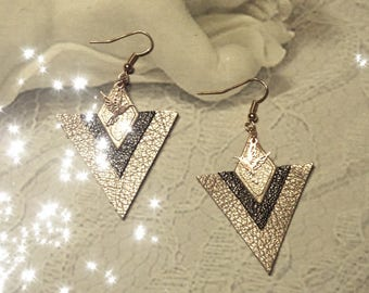 Very pretty earrings Hummingbird triangular leather black and gold metallic