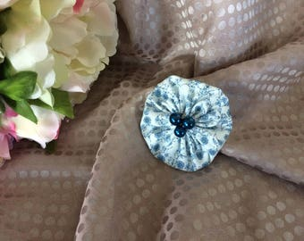 Flower 6 cm in blue and white fabric with beads