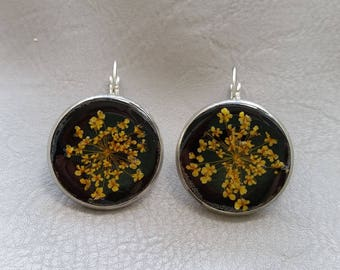 Earrings round 2.5 cm in resin and dried flowers yellow/orange