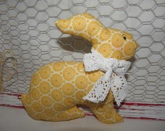 Doudou lapin en tissu jaune  avec des cercles rétro pour les bébés et les enfants