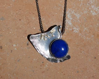 Silver and gold necklace with a lapis lazuli.