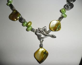 Very original, 45cm NECKLACE, freshwater and mother of pearl green cultured freshwater.