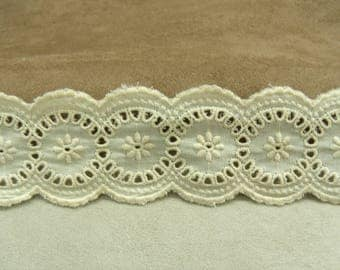 BRODERIE ANGLAISE suggests 5 cm - ecru