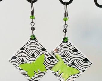 Boucles d'oreille à pendant carré en papier à motif verni et papillon vert