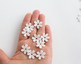 Lace daisy flower motifs 30pcs - flower embellishment, lace appliqués, lace flowers, bridal flowers, wedding