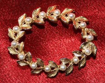 Pretty vintage gold-tone and faux seed pearl wreath brooch