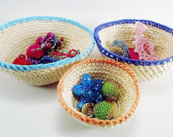 small baskets, baskets of arrangement for table tidy