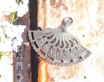 Silver ' Range ' Hanger for Spanish to necklace.