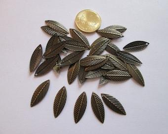 30 breloques feuille en métal couleur bronze 21 X 7 mm